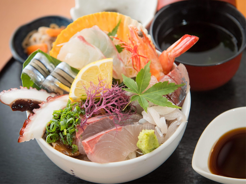 伝統工芸品「丸尾焼き」で食べる天草海鮮丼イメージ