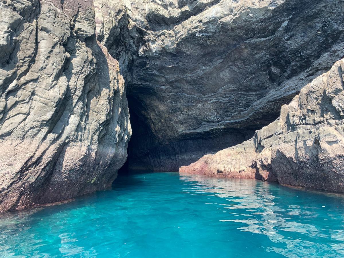 小型クルーザーで巡る世界遺産﨑津集落と青の洞窟伏魔洞(ふくまどう)  1億年のロマンを感じる天草西海岸クルーズ(10:00出航) 昼食付きイメージ